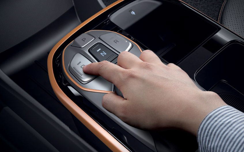 https://www.hyundaimotors.co.il/wp-content/uploads/2019/03/new-ioniqEV-inside-gallery-controler-pic-desktop-1.jpg